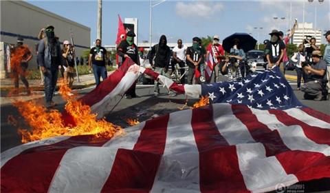 波多黎各进行公决 部分民众焚烧美国国旗抗议
