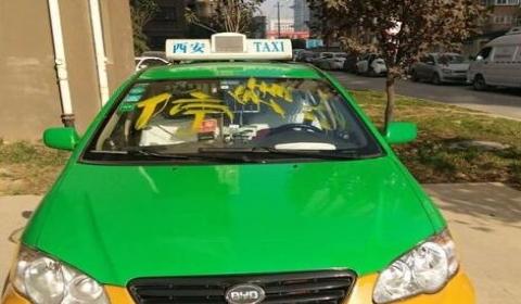 出租车小区内车身被刷油漆  保安看见因不认识就没有阻止